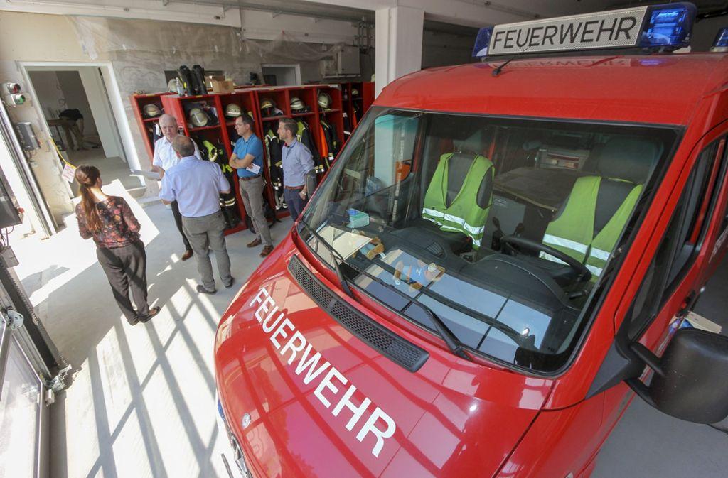 Bürgermeister Wolfgang Faißt (hinten, Mitte) führt während der Sommer-Presserunde durch die Räume der Feuerwehr. Foto: factum/Bach