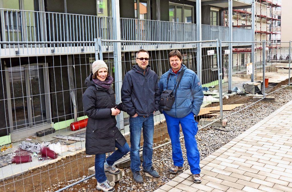 Die Nachbarn in spe freuen sich auf ihr neues Zuhause:  Ingrid Höll, Klaus Pfaffenzeller und Gerrit Heidelberger (von links). Foto: Bosch