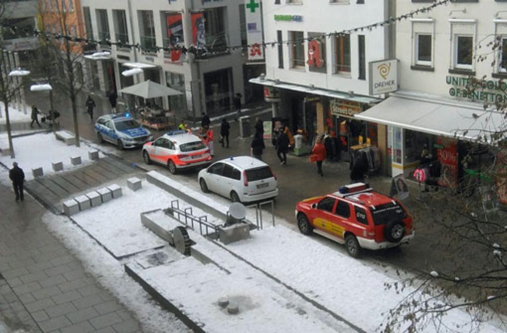 Polizei und Rettungskräfte stehen am Mittwoch vor einer Arztpraxis in Göppingen. Eine lebensgefährlich verletzte Frau hatte sich dort einfach aus dem Staub gemacht. Foto: Eberhard Wein