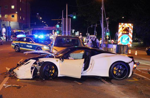 Ferrari kracht in  Feinstaub-Cube und zwei Autos