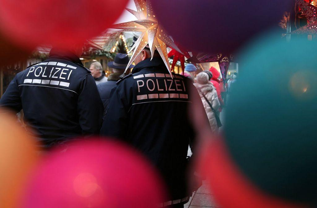 Echte Polizisten haben einen Dienstausweis, mit dem sie sich legitimieren können. (Symbolbild) Foto: dpa