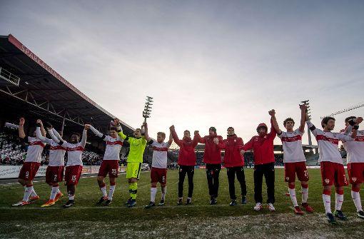 VfB-Fans feiern die Tabellenführung