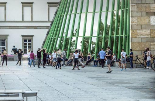 Tänzer kommen sich vor  der Staatsgalerie zu nahe