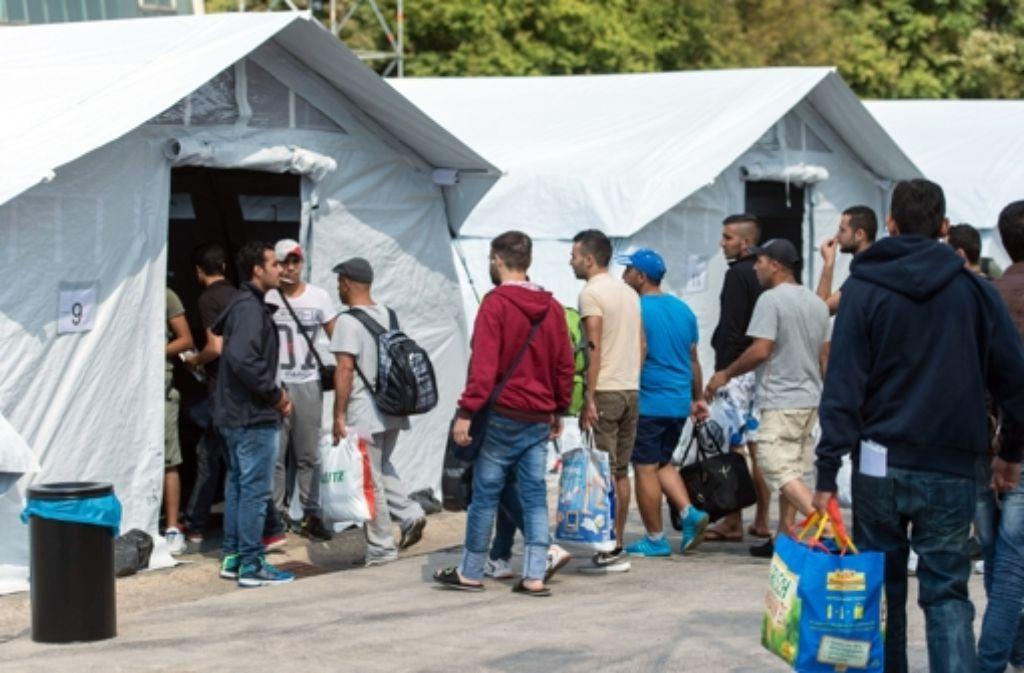 Am Sonntag beziehen 92 Flüchtlinge in Neuenstadt am Kocher ein temporäres Zeltlager. Die Flüchtlinge wurden von der überfüllten Erstaufnahmestelle in Ellwangen in das Lager  gebracht. Foto: dpa