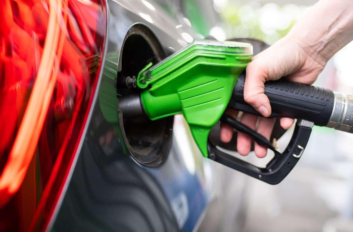 So abstrakt für viele Menschen die Klimakrise ist, so konkret ist der Benzinpreis. Wie geht die Politik mit diesem Dilemma um? Foto: dpa/Sven Hoppe