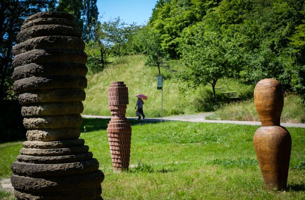 """Summ, Summ, Summ...Bienchen, summ herum. Tatsächlich leben in den eigenwilligen Bienenstöcken auf dem Wartbweg Honig- und Wildbienen. Denn die Stuttgarter Künstler Jeanette Zippel verbindet in ihrem künstlerischen Werk Natur und Kunst. Ihr """"Bienengarten"""", 1993 entstanden, besteht aus mehrere Skulpturen aus verschiedenen Materialien wie Holz, Klinkersteinen, Stroh, Lehm und Bambus – und wollen zu mehr Respekt vor der Natur ermuntern.Wartberg  Foto: Lichtgut/Max Kovalenko"""
