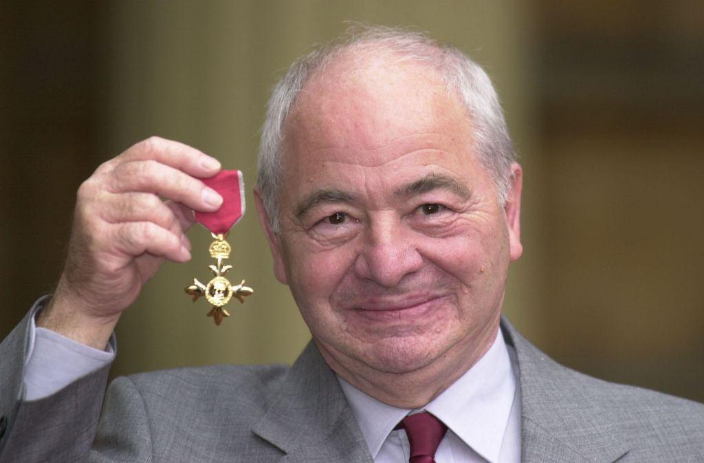 Colin Dexter scheint hier über die Ehrung mit dem Order of the British Empire durchaus gerührt zu sein. Foto: AP