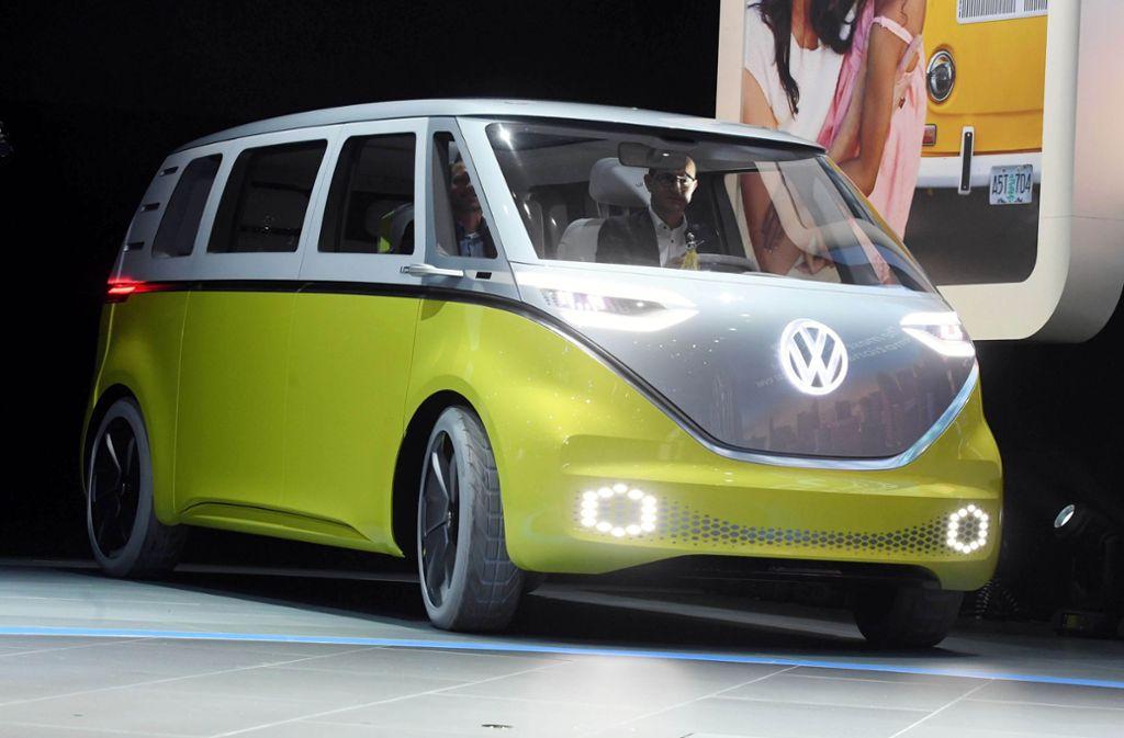 """VW-Chef Herbert Diess stellte 2017 auf der North American International Auto Show in Detroit den VW """"I.D. Buzz"""" vor – einen  E-Bulli. Foto: dpa"""