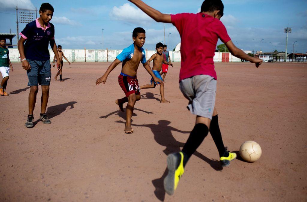 Bücher erzählen aus der ganzen Welt des Fußballs: In der nordbrasilianischen Stadt Macapá kicken Kinder auf einem Bolzplatz direkt auf dem Äquator. Foto: dpa