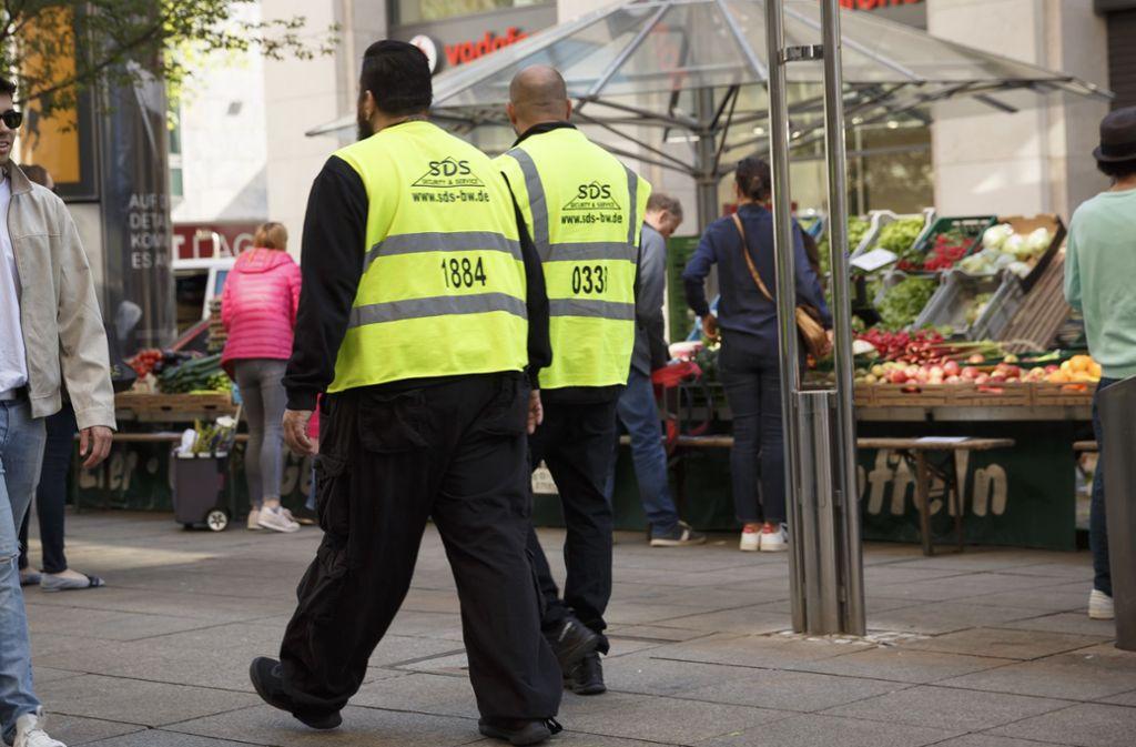 Viele Regeln, viel Sicherheitspersonal: Mancher Kunde fühlt sich dabei nicht wohl und meidet die Stadt. Foto: Lichtgut/Julian Rettig