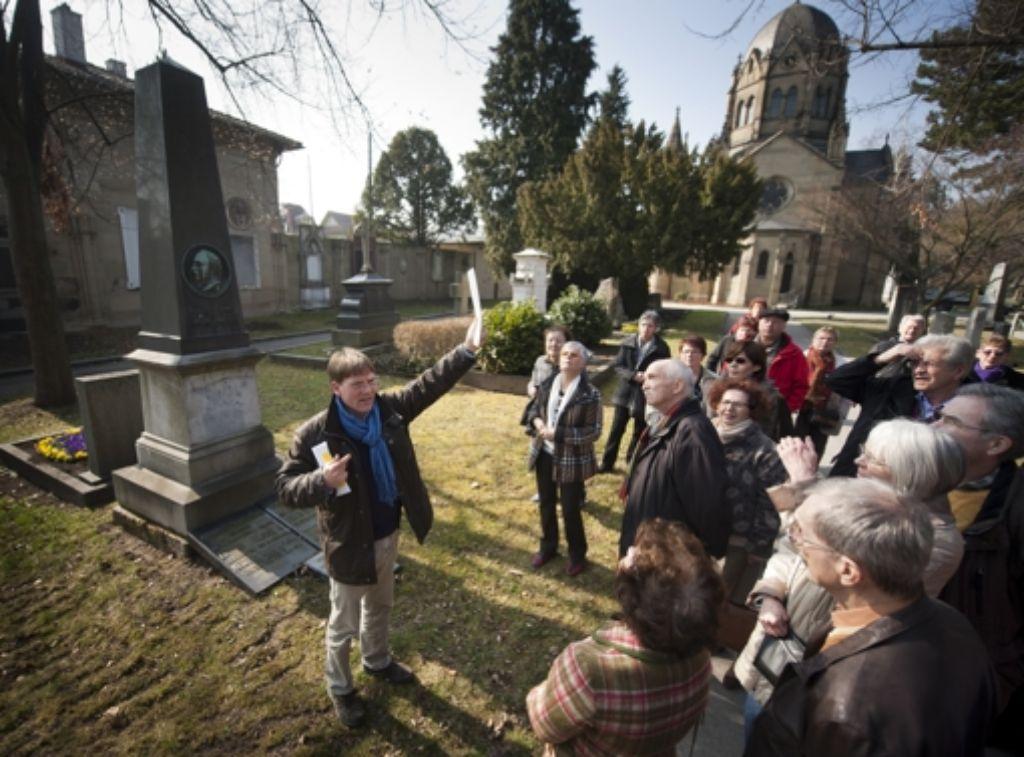 Der Denkmalpfleger Markus Baldermann zeigt anhand eines Plans  die Ausmaße des Pragfriedhofs und wie er sich verändert hat. Foto: Martin Stollberg