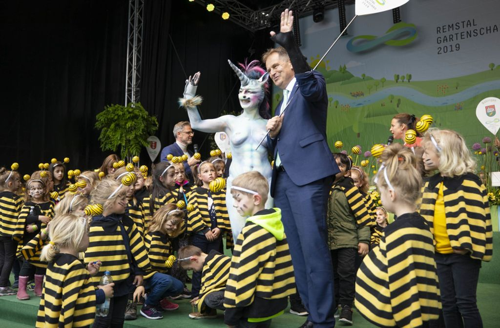 Cynthia Schneider als Einhorn mit OB Richard Arnold Foto: Gottfried Stoppel