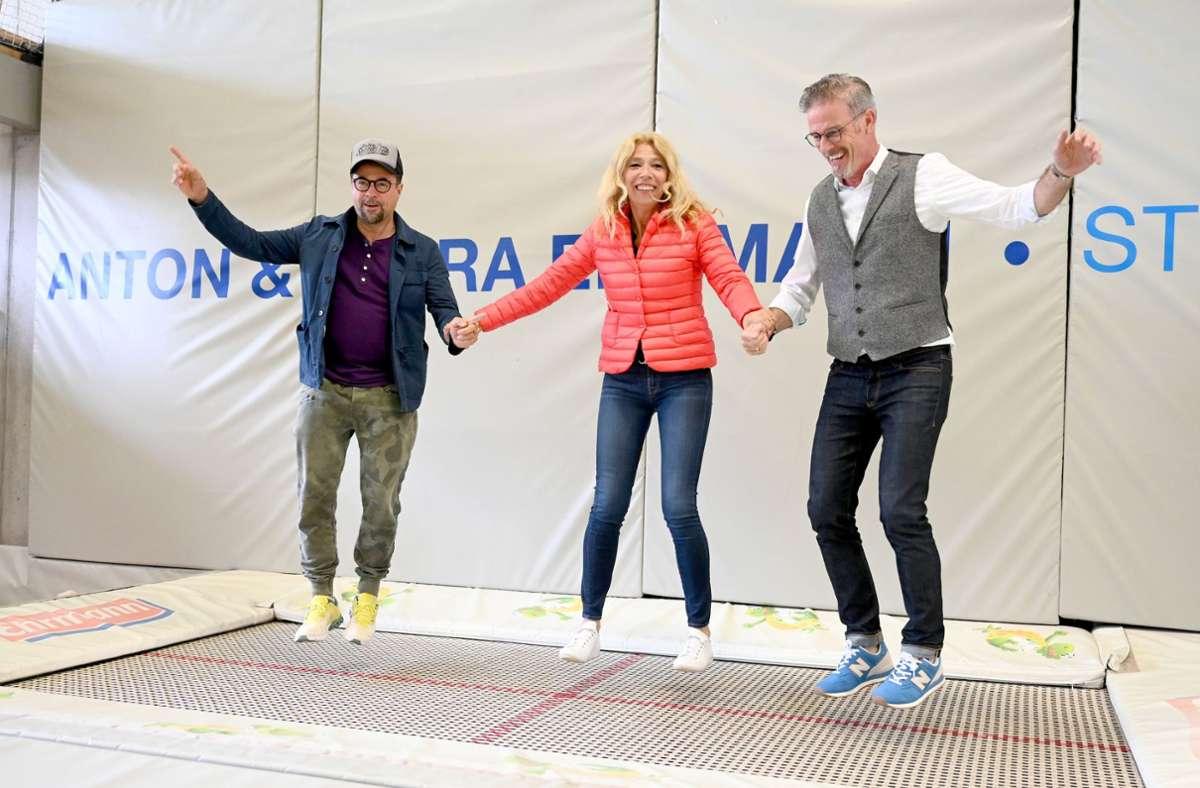 """Jan Josef Liefers, Lisa Federle und Michael Antwerpes sind in Tübingen aufs Trampolin gegangen. """"Man müsse auch  in einer Pandemie sicherstellen, dass Kinder Sport machen können"""", sagt Schauspieler Liefers. Foto: dpa/Bernd Weissbrod"""