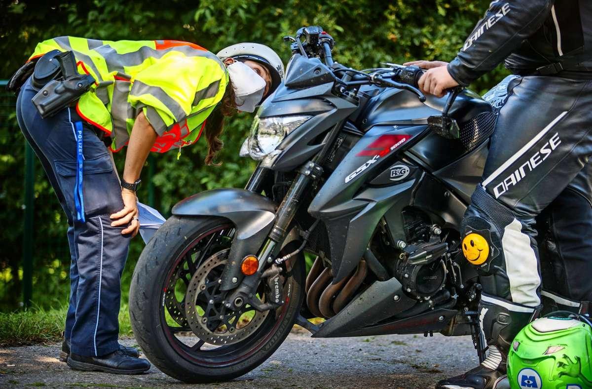 Ist da etwas angebracht, das da nicht hingehört? Auch das ist bei der Motorradkontrolle in Schorndorf überprüft worden. Foto: Stoppel