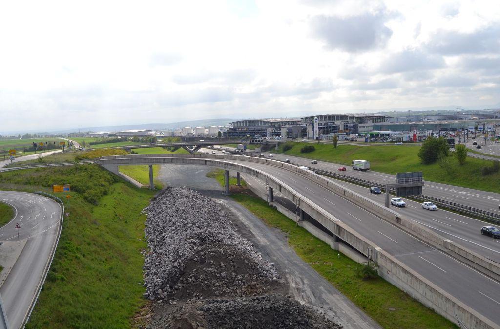 Die Trasse für die künftige Eisenbahnstrecke lässt sich schon erkennen. Gebaut wird aber am Flughafen noch eine ganze Weile nicht. Foto: StZ