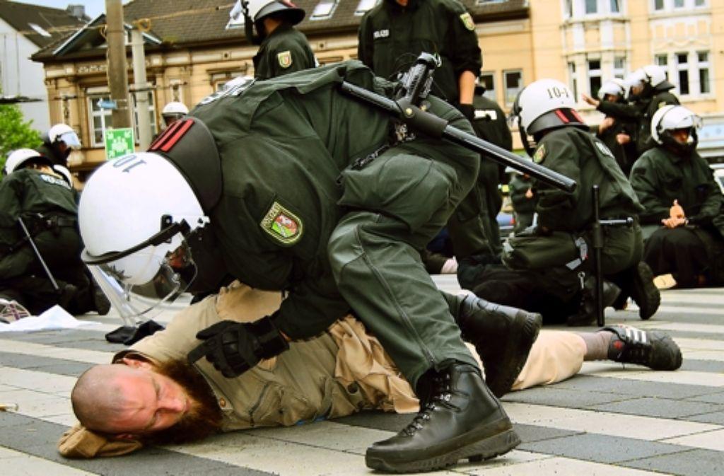 In Nordrhein-Westfalen haben sich Salafisten  schon Schlachten mit der Polizei geliefert. Foto: dpa