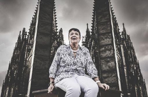 Die Kirchenmutter bietet Notre Dame Hilfe an
