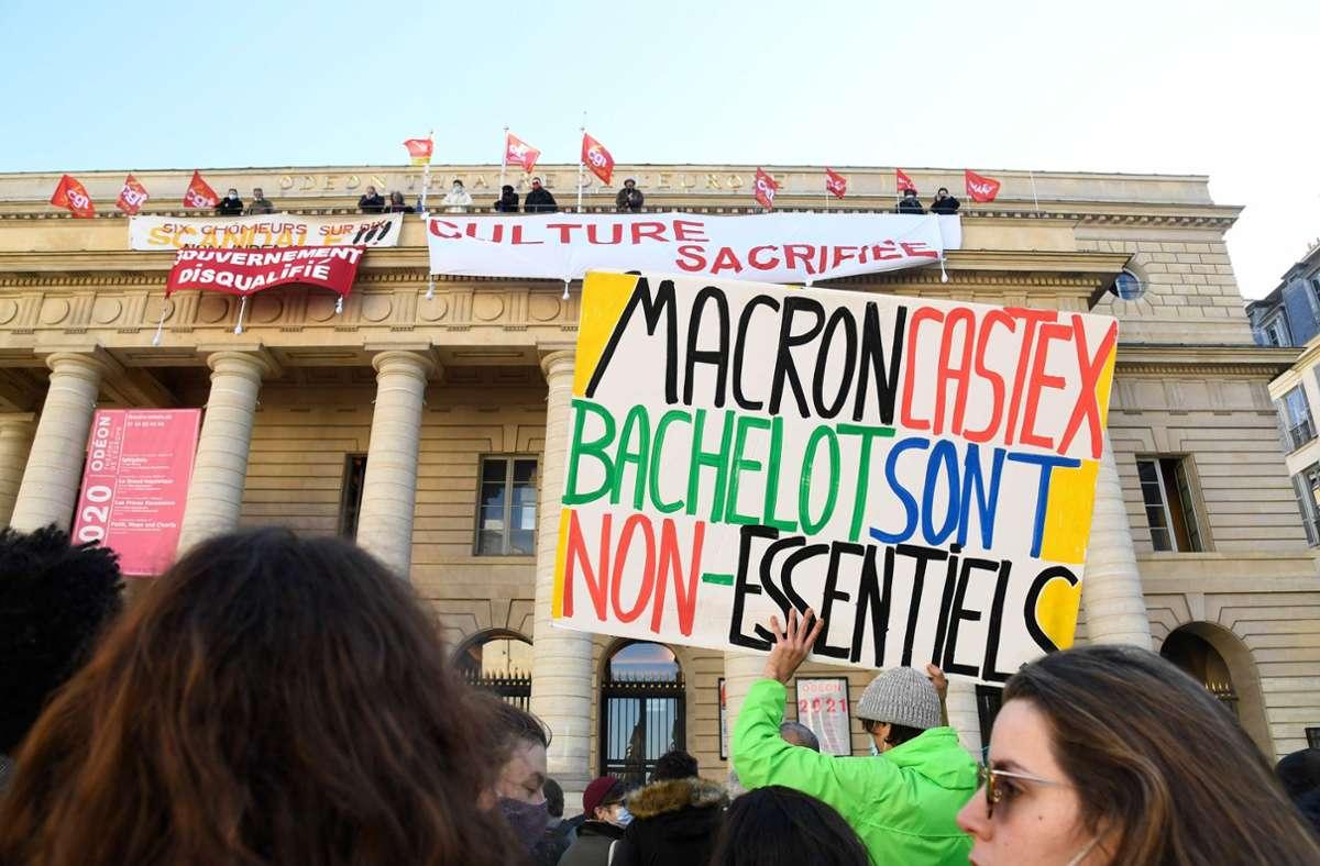 Französische Künstler haben in Paris das Theater Odéon besetzt und fordern die Öffnung der Kulturstätten. Die sind wegen der Corona-Pandemie seit Oktober geschlossen. Foto: AFP/BERTRAND GUAY