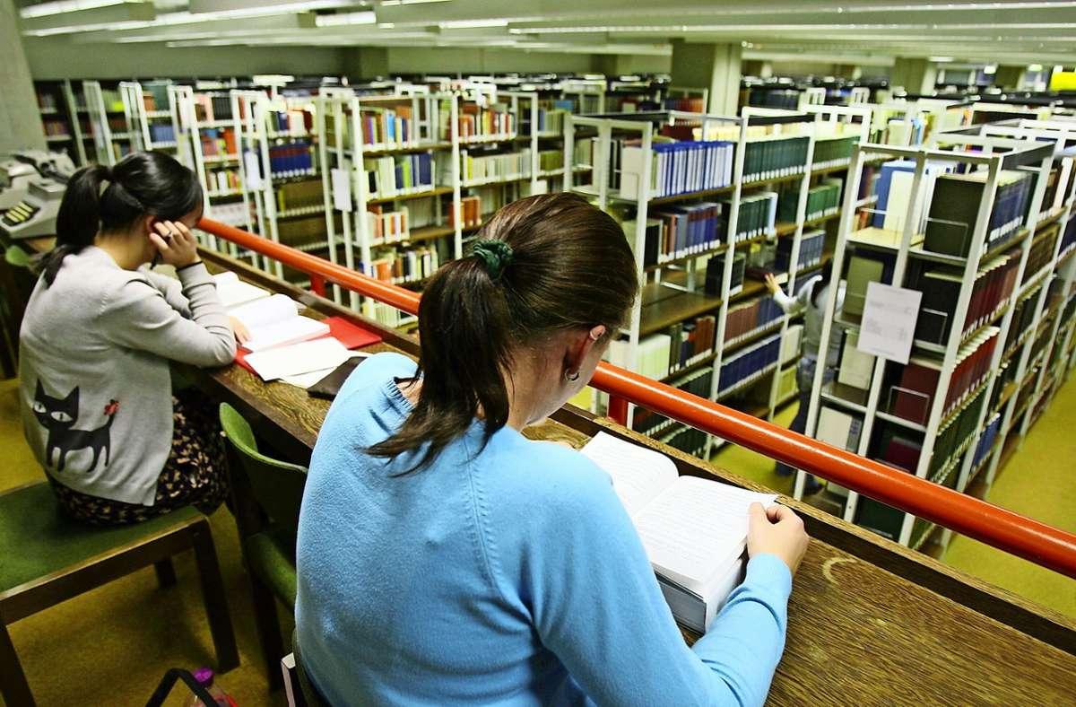 Für viele Schüler und Studenten sind Büchereien wichtige Anlaufstellen bei der Suche nach Lernmaterial. Foto: dpa/Patrick Seeger