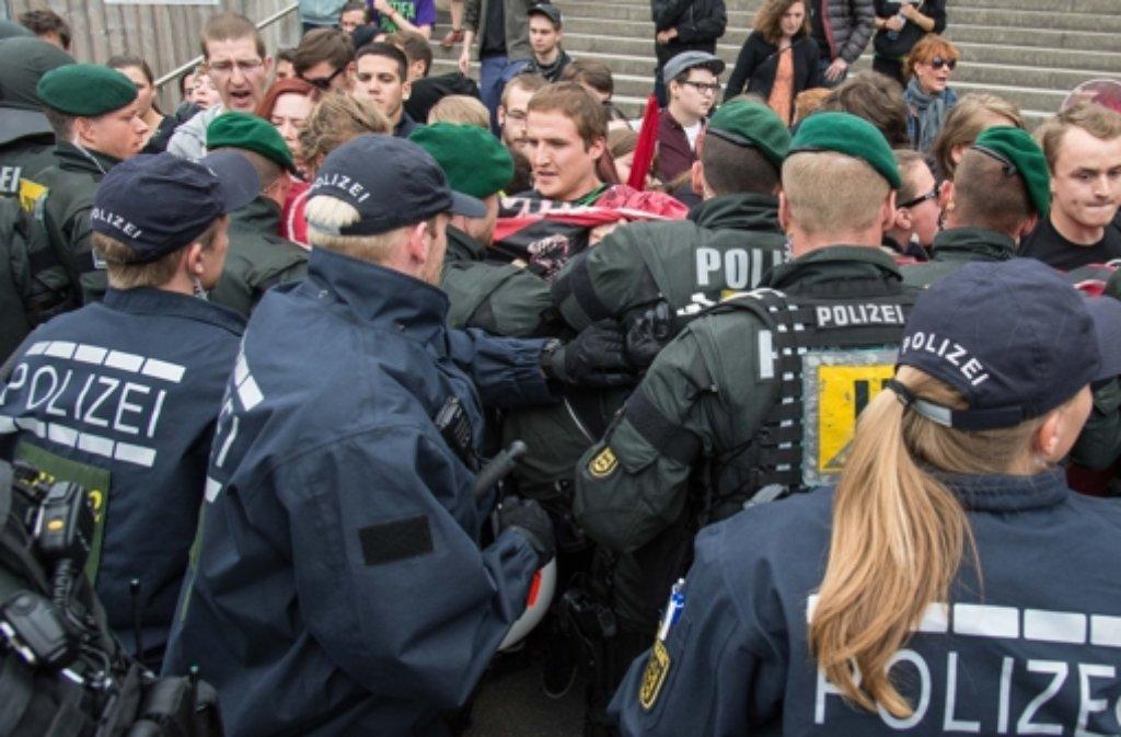 """Bei der """"Demo für alle"""" gegen den Bildungsplan der grün-roten Landesregierung ist es zu Rangeleien zwischen Gegendemonstranten aus dem linken Spektrum und Polizisten gekommen. Foto: dpa"""
