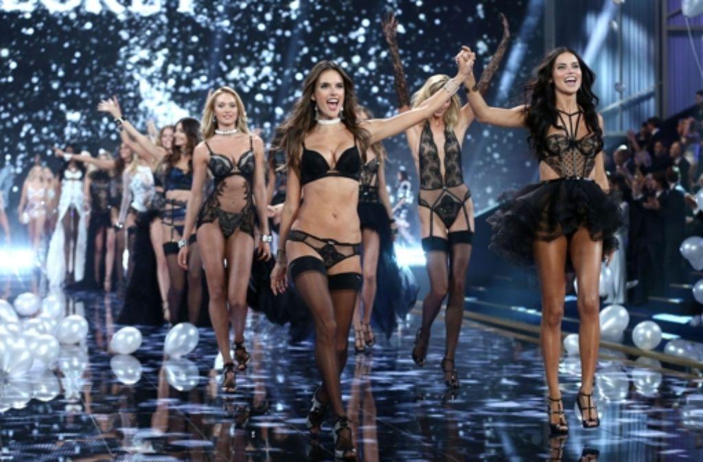 Alessandra Ambrosio und ihre Model-Kolleginnen haben bei der Victorias Secret-Show am Dienstagabend in London alle Erwartungen erfüllt: Die Engel zeigten viel Haut und wenig Stoff. Foto: Getty Images Europe