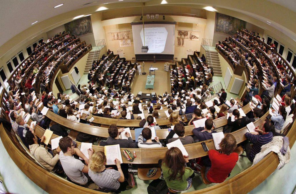Die Zahl der Bafög-Empfänger sinkt, obwohl es immer mehr Studenten gibt. Foto: dpa