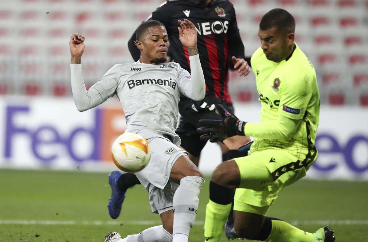 Leverkusens Leon Bailey im Kampf um den Ball mit Nizzas Torwart Walter Benitez. Foto: dpa/Daniel Cole