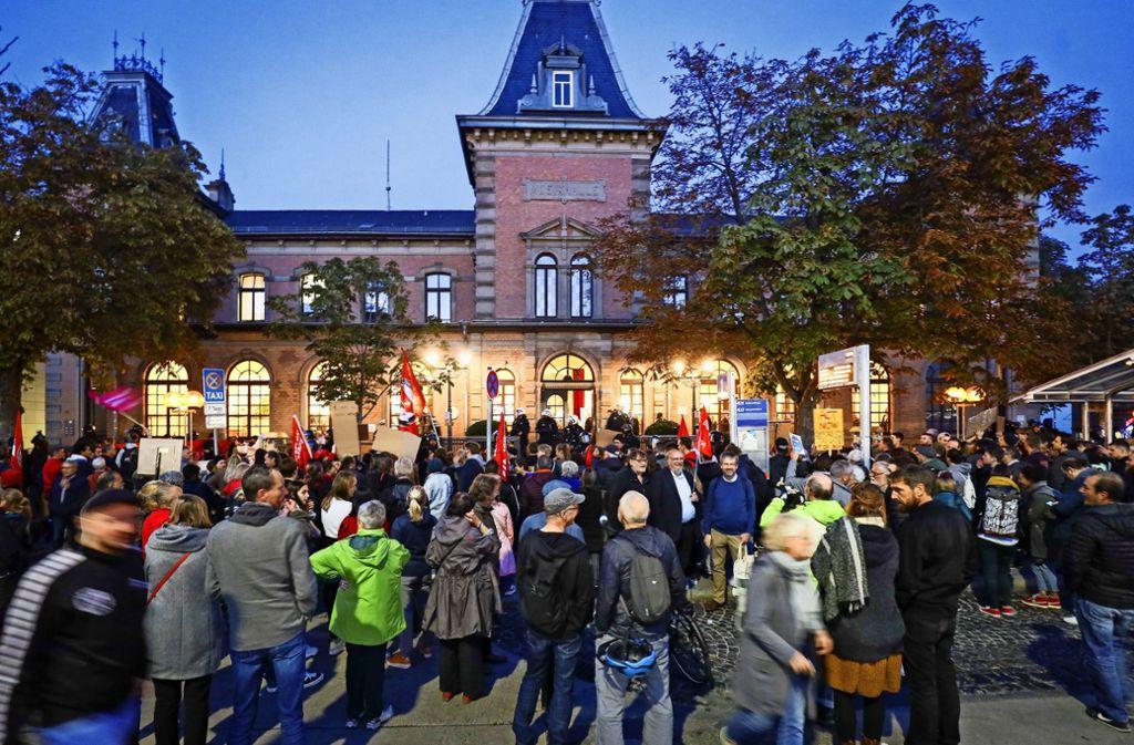 Unzählige Menschen demonstrieren vor der Musikhalle. Foto: factum/Simon Granville