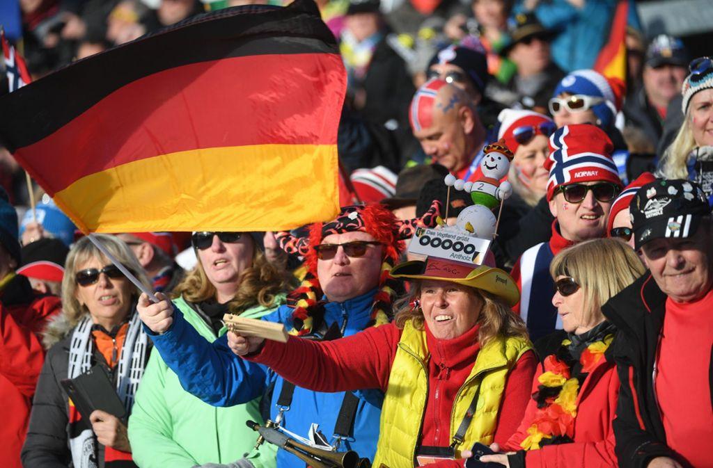 Biathlon-Fans feiern alle und alles – auf der Tribüne grenzt Deutschland direkt an Norwegen, und angefeuert werden die Sporttreibenden aus allen Nationen. Foto: dpa/Hendrik Schmidt