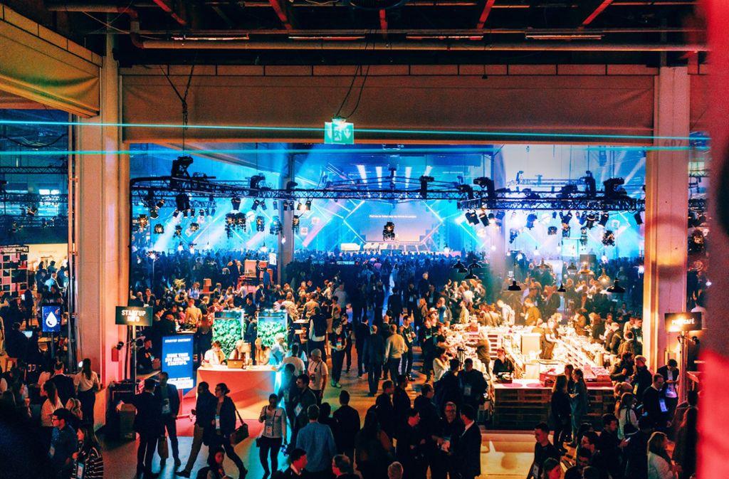 Eine dampfende, dunkle Halle mit tausenden von Menschen, die nichts anderes suchen als Kontakte, Begegnungen, Inspirationen – das ist der Schlüssel zum Start-up-Treff Slush. Foto: Slush