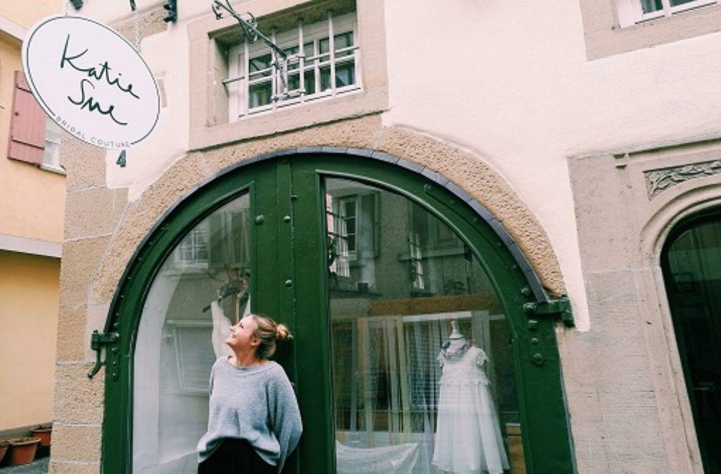 Katharina Zanzinger eröffnete im Februar ihr kleines Brautmodengeschäft in Bad Cannstatt. Foto: Laura Müller-Sixer