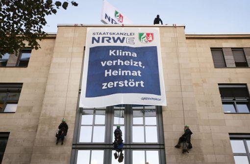 Greenpeace-Aktivisten protestieren  an NRW-Staatskanzlei