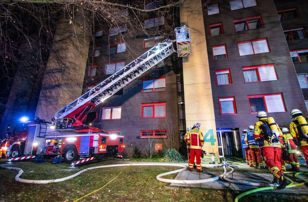 Die Bewohner des vom Brand betroffenen Gebäudes sowie des Nachbarhauses mussten evakuiert werden. Foto: 7aktuell.de/Moritz Bassermann