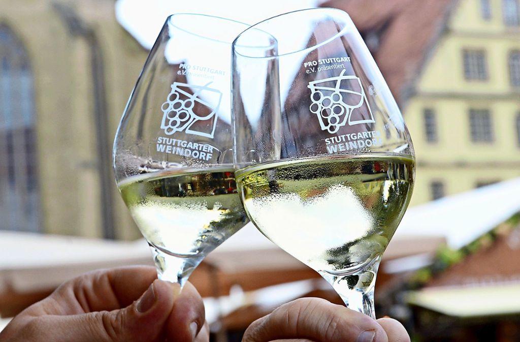 Viele der guten Tropfen beim Stuttgarter Weindorf kommen aus dem Remstal. Foto: dpa