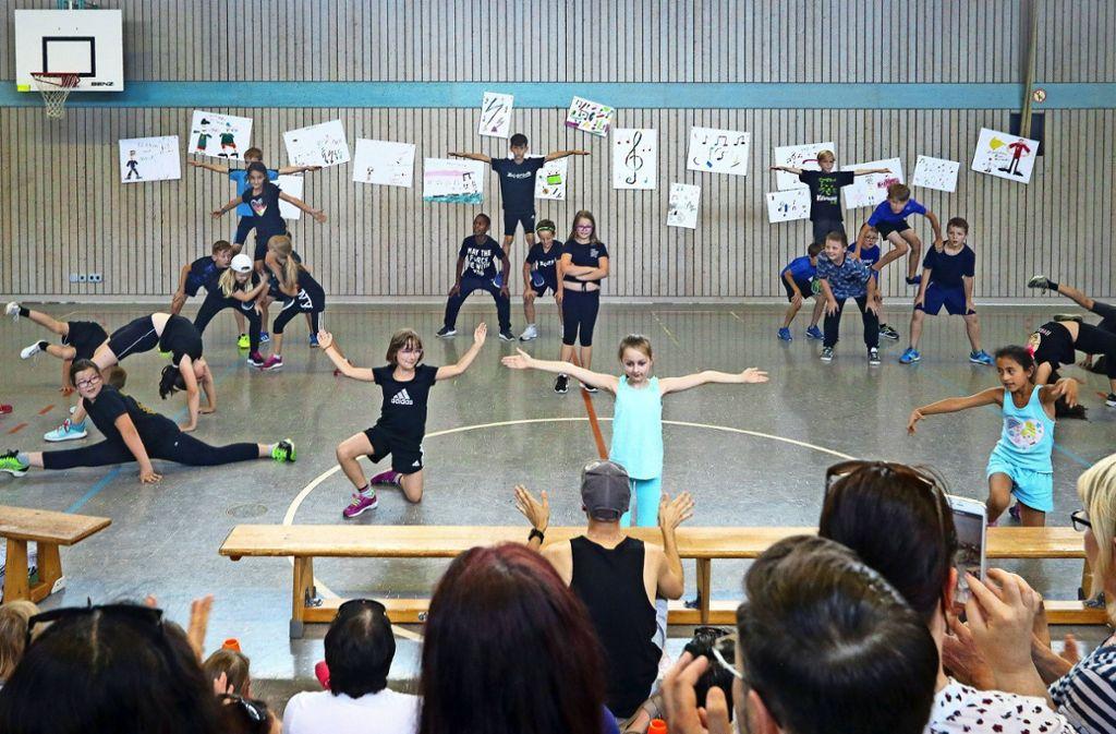 Innerhalb von vier Tagen haben die Grundschüler Choreografien mit akrobatischen Elementen gelernt. Foto: factum/Granville