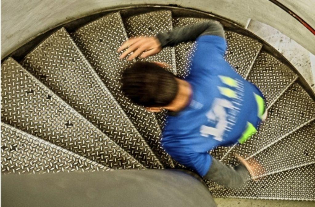 Thomas Dold nimmt schon mal die Treppen auf den Bahnhofsturm bei einem Trainingslauf in Augenschein. Foto: Lichtgut/Leif Piechowski