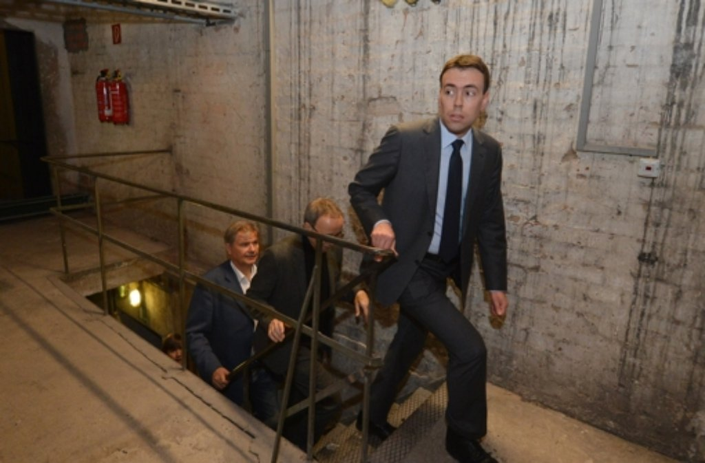 Nils Schmid (SPD) besichtigte am Freitag das sanierungsbedürftige Opernhaus. Foto: dpa