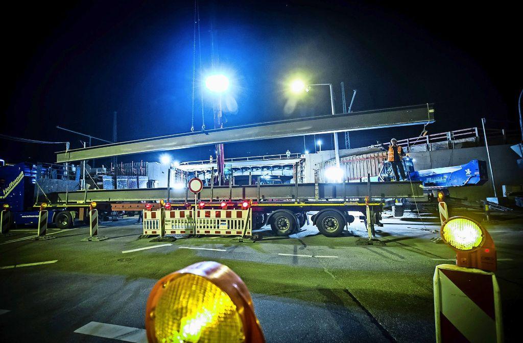 Bereits im Frühjahr 2015 baute die Bahn Eisenträger für die Fernbahnbrücke über die Borsigstraße ein. Foto: Lichtgut/Achim Zweygarth