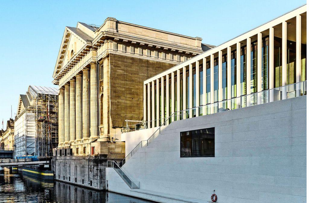 Die James-Simon-Galerie, vom Kupfergraben  aus betrachtet, mit dem    Pergamonmuseum Foto: Ute Zscharnt/   Chipperfield Architects