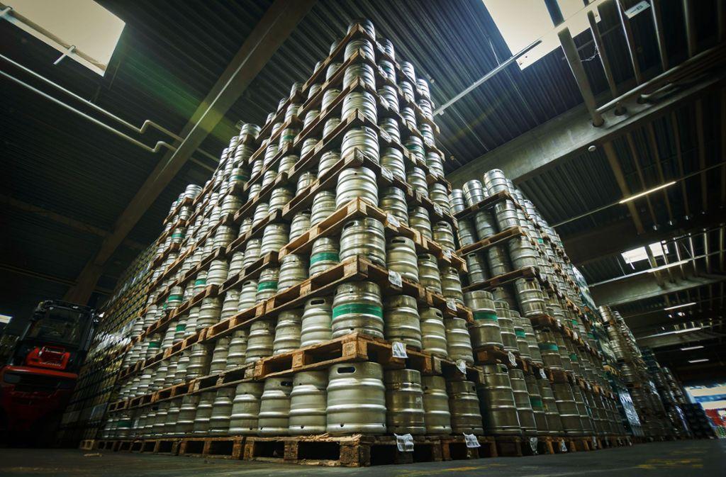 Bei  Dinkelacker stapeln sich die Bierfässer zu Türmen auf. Foto: Lichtgut/Rettig