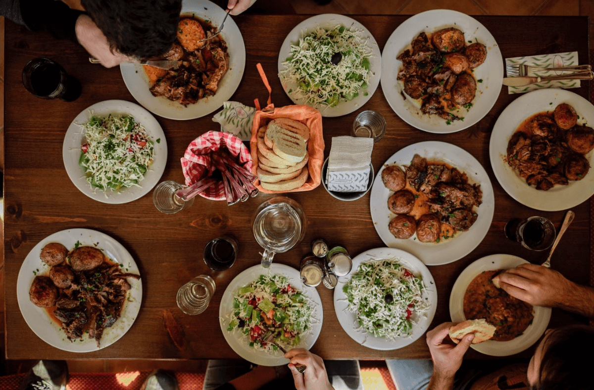 Der beste Mittagstisch in Stuttgart-West: Schnell, gut, kultig, besonders – hier kehrt niemand hungrig an den Arbeitsplatz zurück! Foto: Unsplash/Stefan Vladimirov