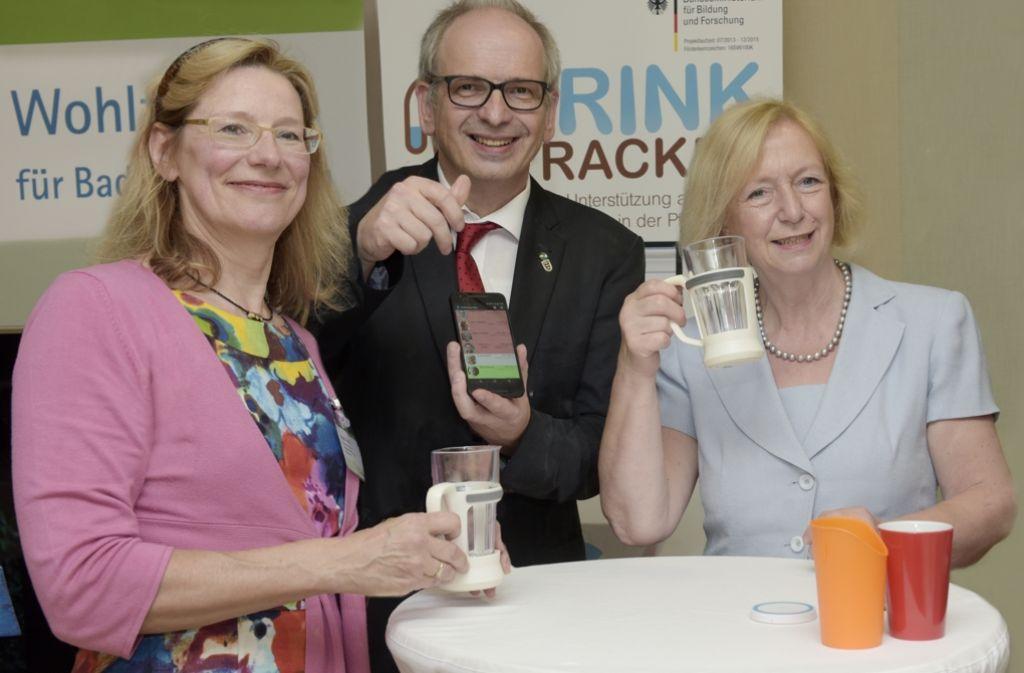 Posieren mit dem Trink-Tracker: Forschungsministerin Wanka, Wohlfahrtswerk-Chefin Hastedt und Entwickler Stork (v.l.) Foto: Wohlfahrtswerk