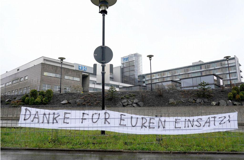 """""""Danke für euren Einsatz"""": Stuttgarter drücken vor dem Robert-Bosch-Krankenhaus ihre Dankbarkeit aus. Foto: dpa/Andreas Rosar"""