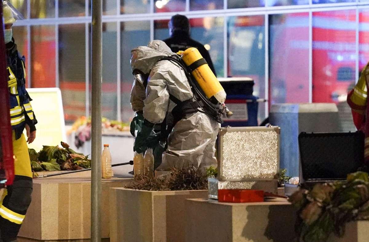 Einsatzkräfte in Schutzanzügen untersuchen die ominöse Substanz. Foto: SDMG// Kohls