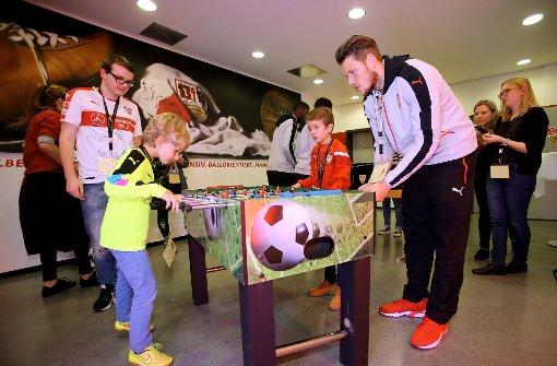 Kleine Fans fordern VfB-Spieler am Tischkicker