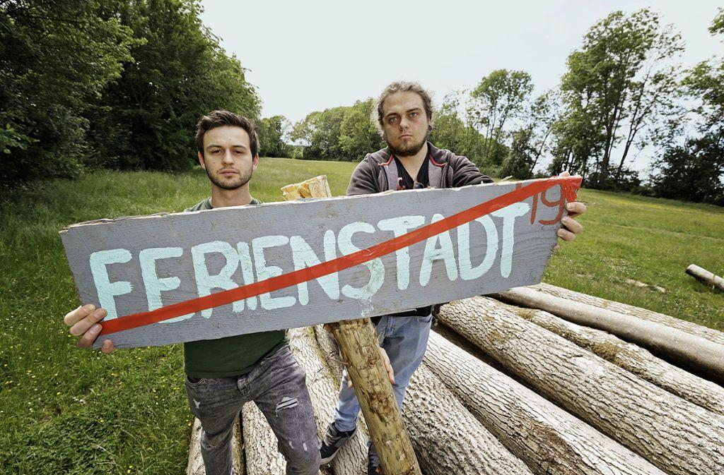 Kai Hummel (links) und Sven Renken, die Chefs des Orga-Teams, zeigen es: Die Geislinger Ferienstadt  fällt aus. Foto: Rainer Lauschke