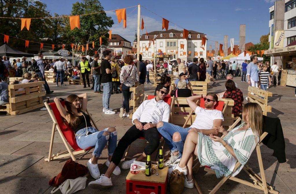 Mitte Oktober in Liegestühlen auf dem Marktplatz: Sonntag in Ludwigsburg. Foto: factum/Andreas Weise