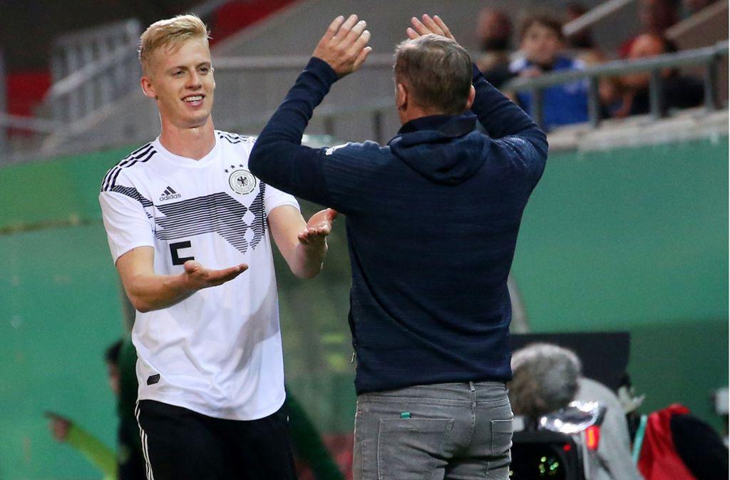 Timo Baumgartl freut sich mit Trainer Stefan Kuntz. Foto: Pressefoto Baumann