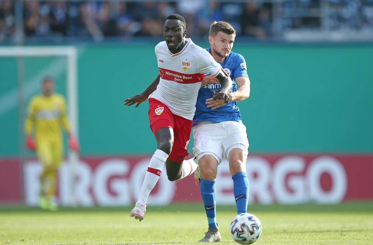 Mit Durchsetzungsvermögen: Silas Wamangituka (links) zieht  an dem Rostocker Björn Rother vorbei. An diesem Samstag versucht es der VfB-Angreifer gegen den SC Freiburg. Foto: Baumann