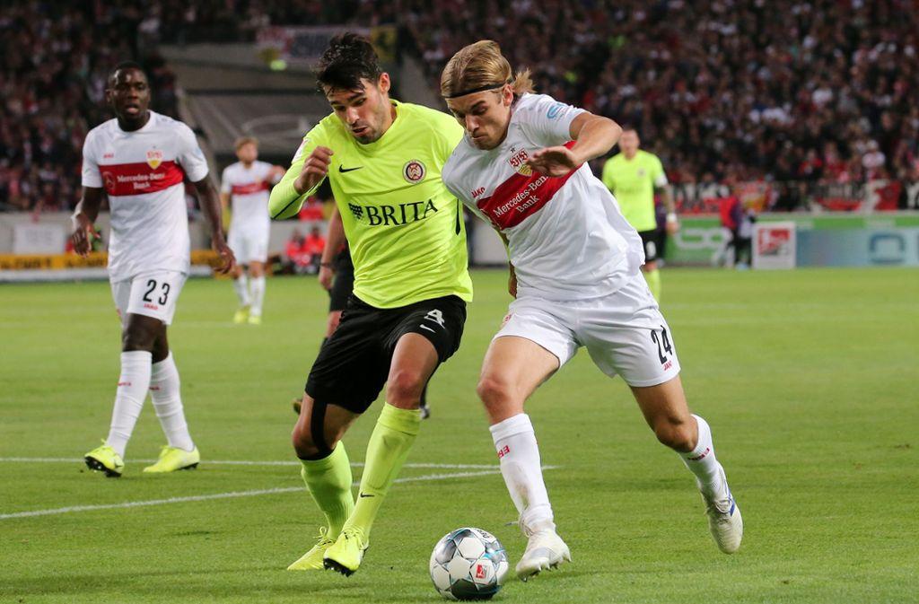 Borna Sosa vom VfB Stuttgart erlitt gegen den SV Wehen Wiesbaden eine schwere Gehirnerschütterung. Foto: Pressefoto Baumann/Julia Rahn